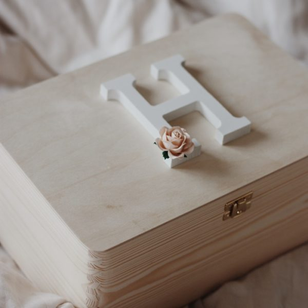 pudełko drewniane z literką